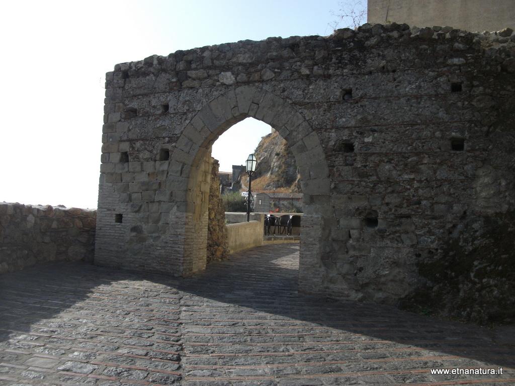 Porta_della_citta_26-07-2014 08-21-00