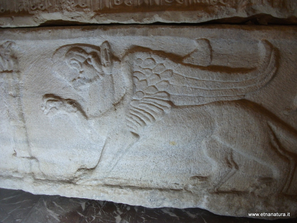 Sarcofago romano. Per la tradizione prima tomba di sant'Agata. Chiesa di sant'Agata la Vetere.